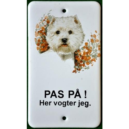PAS PÅ! HER VOGTER JEG - EMALJESKILTE MED HUND west highland terrier